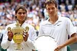 Tomáš Berdych (vpravo) a Rafael Nadal po finále Wimbledonu.