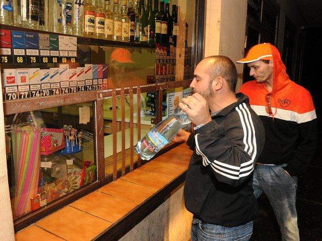 U stánku si podle prodejců dnes dá skleničku alkoholu málokdo. Ilustrační snímek.
