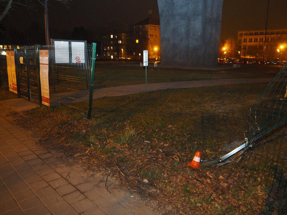 Jednačtyřicetiletý muž jel vozidlem Škoda Felicia po místní komunikaci ulice S. K. Neumanna.