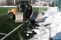 Úklid sněhu z hřiště s umělou trávou. Zapojil se i sekretář klubu Libor Pristáš.