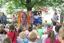 V neděli odpoledne v parčíku za Kulturním domem Radost začaly tradiční letní prázdninové dětské pohádky pod klenbami stromů a promenádní koncerty.