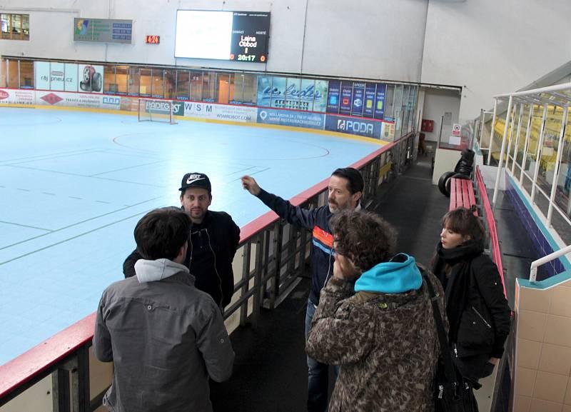 Autoři seriálu Lajna při natáčení na zimním stadionu v Havířově.