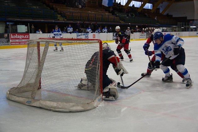 Orlovští hokejisté (vbílém) nezvládli ani dohrávku sDavid servisem.