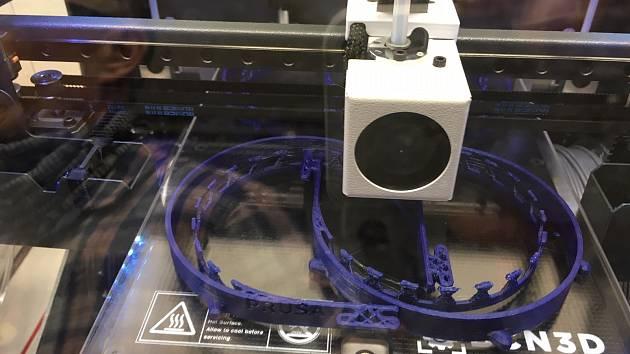 Učitelé z karvinské průmyslové školy vyrábějí na 3D tiskárnách komponenty pro ochranné štíty.