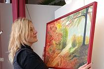 Ve výloze kulturního Salonu Maryška aktuálně vystavuje malířka Marcela Podeszfová.