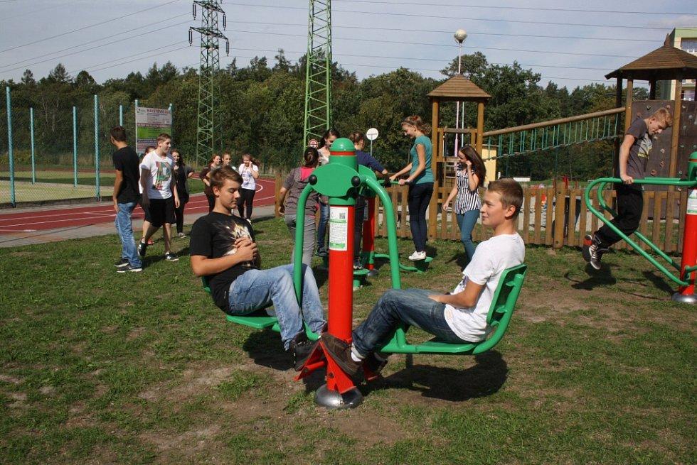 Workoutové hřiště ve sportovním areálu ZŠ M. Pujmanové.