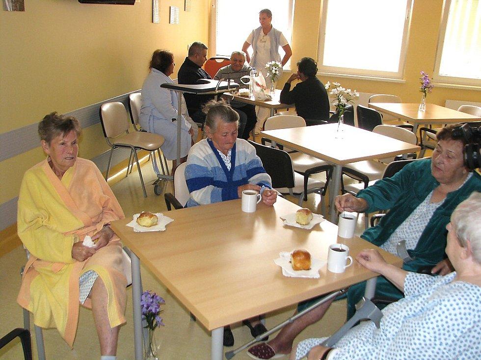 Za pacienty docházejí dobrovolníci, mezi které patří i studentky zdravotní školy. .