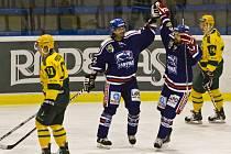 Hokejisté Karviné (v modrém) porazili doma Vsetín 5:2.