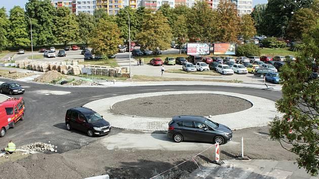 Částečně zprovozněný kruhový objezd u zimního stadionu.