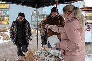 Na dobrovolníky s polévkou mohli lidé narazit u východu z nádražního podchodu.