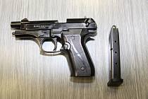 S sebou na parkoviště si vzal plynovou pistoli ráže 9 mm.