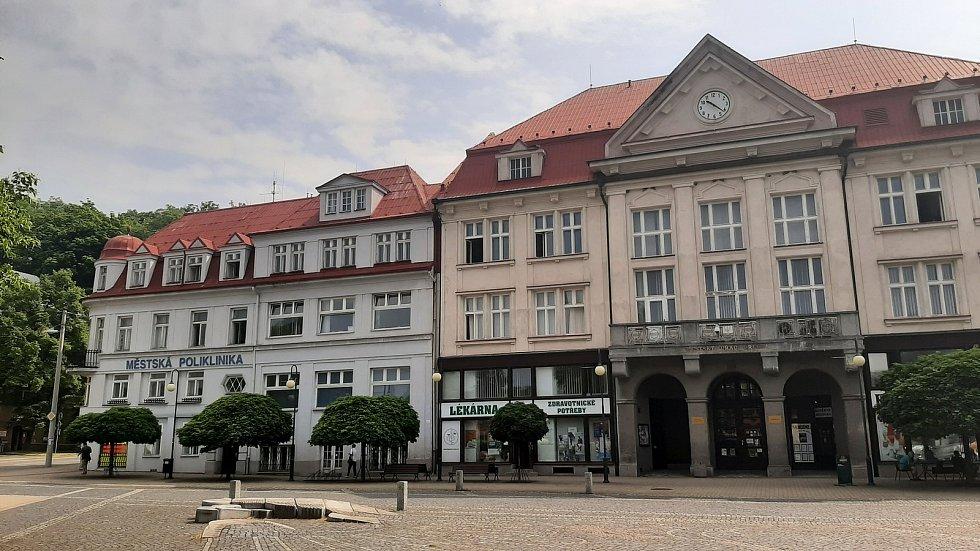 Orlová-Město. Náměstí, budova radnice a polikliniky.