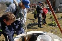 Do konce roku musejí lidé nahlásit úřadům, kam vypouštějí odpadní vodu. Je kolem toho zmatek a úředníci se snaží lidem s vyřizováním pomoci.