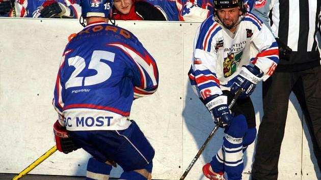Karvinští hokejbalisté se neprosadili ani proti Mostu (viz snímek), ani proti Ústí nad Labem.
