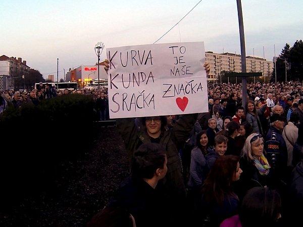 Studenti přišli na setkání sprezidentem Milošem Zemanem splakátem.