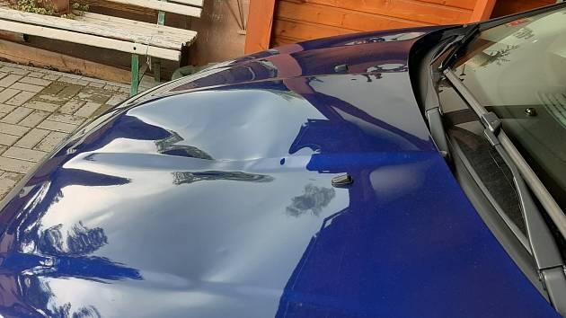 Jeden z mužů dal řidiči pěstí a kopali mu do auta tak, že poškodili kapotu.