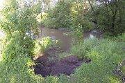 Sesuv podmáčeného břehu řeky Lučiny.