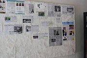 Nástěnka z novinových výstřižků, věnovaných stolnímu tenisu v Havířově.