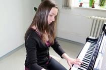 Klavíristka Veronika Kijonková při zkoušení.