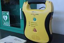 Externí defibrilátor. Ilustrační snímek.