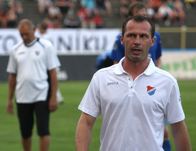 Trenér Radoslav Látal je odvelen na tribunu.