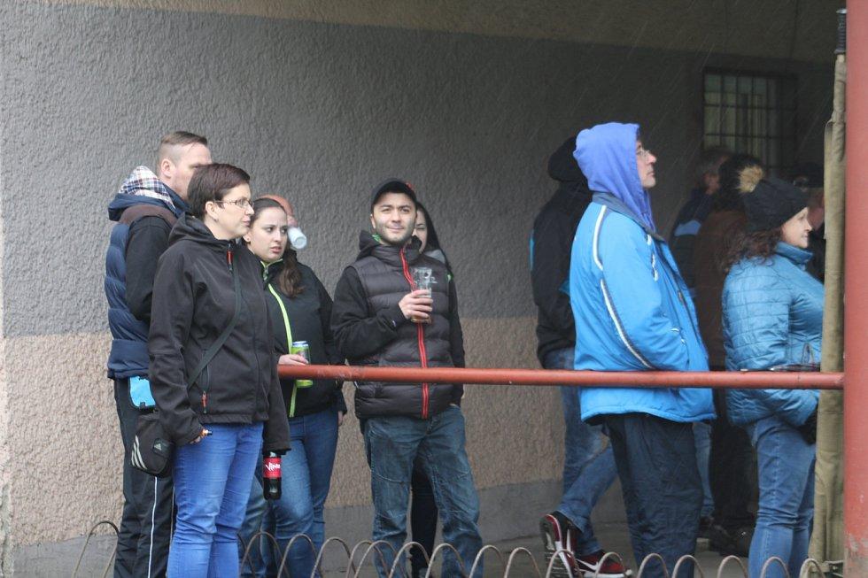 Diváci sledují fotbal v Doubravě.