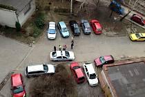 I takto může vypadat pohled na parkují auta z balkonu panelového domu na jednom českotěšínském sídlišti.