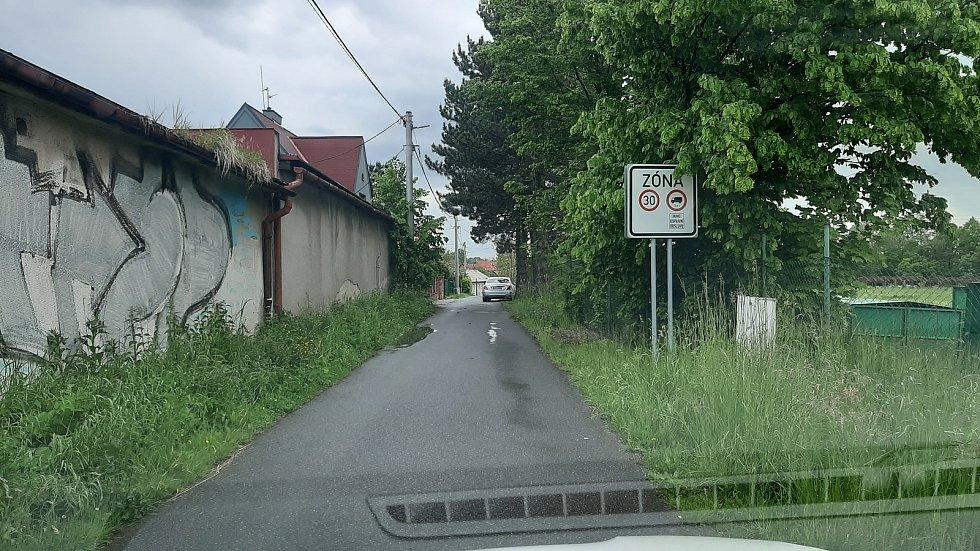 Touto ulicí by měla jezdit auta zákazníků i zásobování k nové prodejně Lidlu v Petřvaldu.