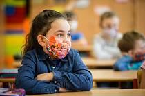 Školáci v rouškách. Ilutrační foto.