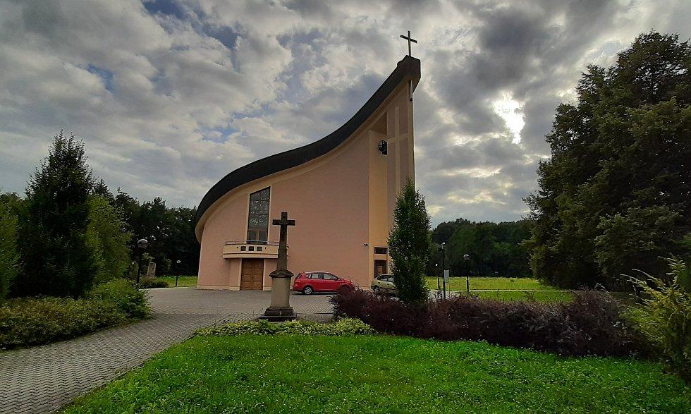 Karviná-Louky. Z původní obce zbylo torzo poté, co její velká část padla v 80. letech za oběť těžbě uhlí. Nový kostel sv. Barbory, vysvěcený v roce 2001.