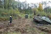 Vyprošťování uvíznutého vojenského tanku hasičským speciálem.