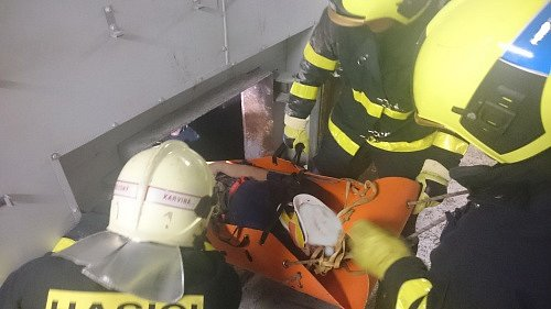 Záchrana zraněného montéra.