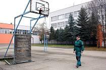 Údržbář z karvinské průmyslovky Zbyšek Dudzik stojí na starém asfaltovém hřišti, kde studenti ještě v létě hrávali basketbal.