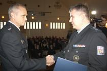 Vedoucí karvinského územního odboru policie Miloš Pollak (vpravo) gratuluje Pavlu Balickému z karvinského dopravního inspektorátu za ocenění jeho práce v roce 2015.