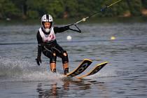 Skoky na vodních lyžích za elektrickým vlekem na Těrlické přehradě.