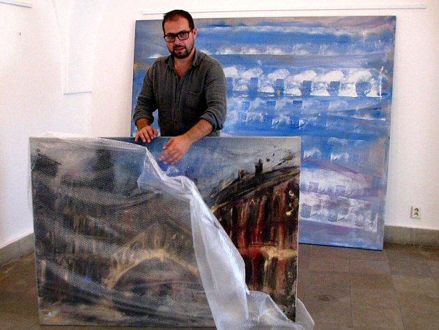 Karvinský rodák, malíř Jakub Špaňhel, vystavuje v těchto dnech své obrazy na karvinském zámku.