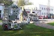 Při testech bezpečnosti se požární vysokozdvižná plošina převrátila.