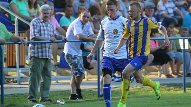 Lukáš Kalous (vpravo) má z minulé sezony bronz z celorepublikové dorostenecké ligy. Nyní dal svou první branku v dresu FK Bospor Bohumín.