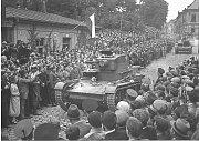 Přehlídka polských vojenských jednotek na Hlavní třídě v Českém Těšíně 2. října 1938.