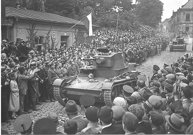 Přehlídka polských vojenských jednotek na Hlavní třídě vČeském Těšíně 2.října 1938.