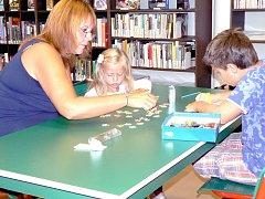 Hry v knihovně se těší oblibě dětí i rodičů.