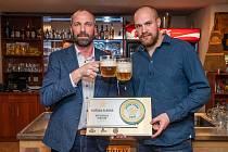 Majitel restaurace Chachar Lukáš Rychlý (vpravo) s oceněním od obchodního sládka Plzeňského prazdroje Romana Šolce.