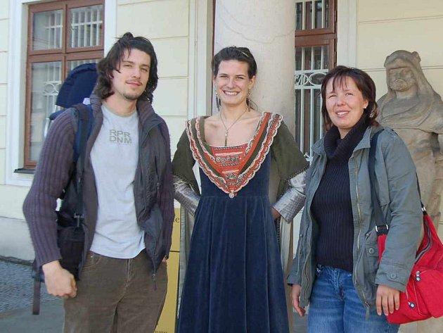 Kateřina Kuligová se svým bratrem Petrem a dcerou Bárou byli letos prvními návštěvníky zámku.