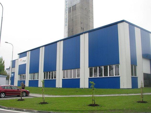V průmyslové zóně v Horní Suché se vyrábějí například plastové výrobky pro farmaceutický průmysl nebo důlní závěsné lokomotivy.