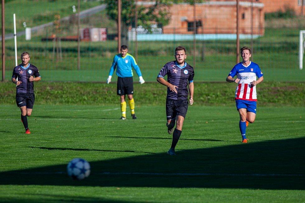 Okresní derby o prvenství v I.A třídě zvládla Orlová (tmavé dresy), která vyhrála v Albrechticích 2:1.