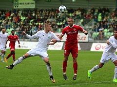 Karvinští fotbalisté (v bílém) dokázali urvat všechny tři body.