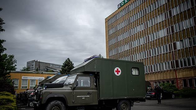 Armádní zdravotníci přijeli na pomoc s plošným testováním zaměstnanců Dolu Darkov v souvislosti s nákazou koronaviru (DOVID-19).