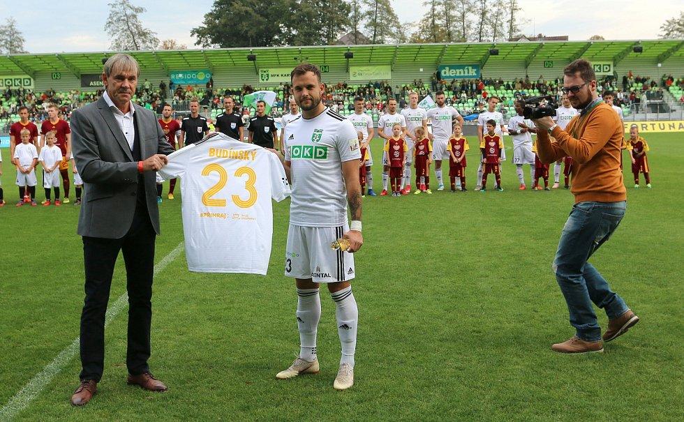 Před utkáním obdržel Lukáš Budínský speciální dres coby nejlepší nahrávač ligy.