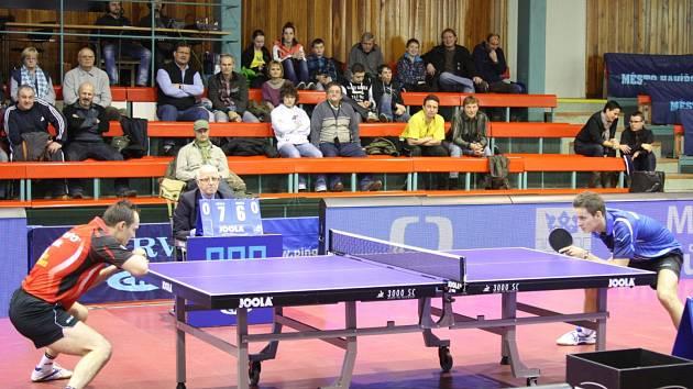 Stolní tenisté Havířova (modré dresy) nestačili doma na ambiciozní Králův Dvůr.