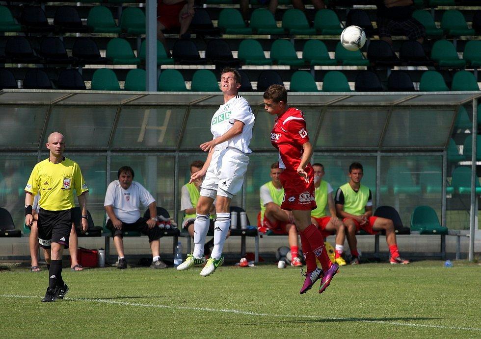 Fotbaloví dorostenci Karviné (v bílém) porazili doma Pardubice.